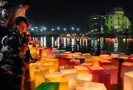 原爆ドーム前を流れる元安川の「灯籠流し」