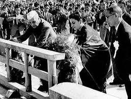 原爆慰霊碑に花輪をささげるネルー首相(左)と娘のインディラ・ガンジーさん。 首相の広島訪問は、市民に大きな励ましとなった。