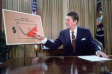 自らの減税プランをテレビで説明するレーガン大統領